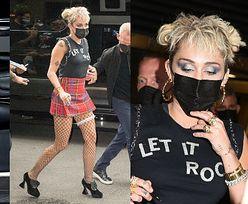 """""""Rockowa"""" Miley Cyrus w krótkiej spódniczce i kabaretkach przyciąga wzrok w Nowym Jorku. Pasuje jej taki styl? (ZDJĘCIA)"""