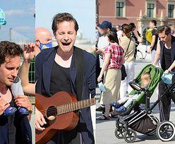 Opiekuńczy Krzysztof Zalewski zabrał rodzinę na protest artystów (ZDJĘCIA)