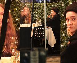 Pochmurne Mary-Kate i Ashley Olsen sączą wino w restauracji. Są jeszcze do siebie podobne? (ZDJĘCIA)
