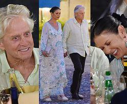 Roześmiani Michael Douglas i Catherine Zeta-Jones sączą drinki w blasku księżyca (ZDJĘCIA)