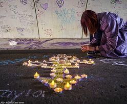 Fani palą świece w PIERWSZĄ rocznicę śmierci Prince'a (ZDJĘCIA)