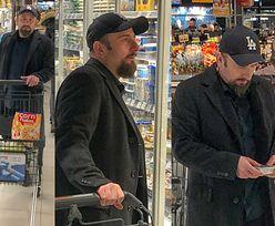 Skupiony Liroy w supermarkecie robi zakupy i rozmyśla o diecie (ZDJĘCIA)