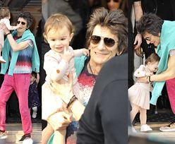 70-letni gwiazdor Rolling Stones bawi się z ROCZNĄ CÓRKĄ przed hotelem (ZDJĘCIA)