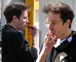 Krzysztof Zalewski je ciastko GOŁĄ DŁONIĄ i pali papierosa na spacerze z synem (ZDJĘCIA)