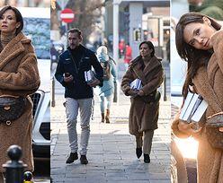 Wytworna Kinga Rusin z nerką Louis Vuitton za 5800 złotych wdzięczy się do paparazzi (ZDJĘCIA)