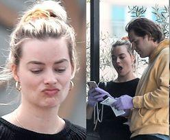Naturalna Margot Robbie stroi miny, spacerując w dresie do spożywczaka (ZDJĘCIA)