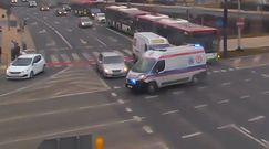 Rozpędzona karetka na skrzyżowaniu. Niebezpieczne nagranie z Lublina