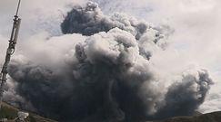 Erupcja wulkanu Aso. Potężny słup dymu unosi się nad japońską wyspą