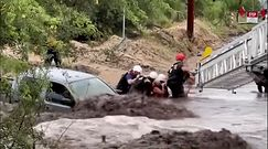 Samochód zatrzymany przez powódź. Akcja ratunkowa w USA