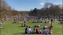 Tłumy w parku w Belgii. Ludzie gromadzą się pomimo obostrzeń