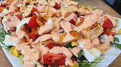 Sałatka z sosem tysiąca wysp, kurczakiem i kolorowymi warzywami