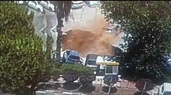 """Lej krasowy """"pożarł"""" samochody. Przerażające nagranie z parkingu w Jerozolimie"""
