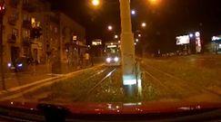 O mały włos, a przejechałby go tramwaj. Policjant uratował mu życie