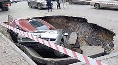 Zapadlisko wciągnęło dwa samochody w Rosji. Nagranie świadków zdarzenia