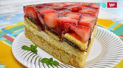 Ciasto biszkoptowe z galaretką i truskawkami. Przepis na idealny przysmak na każdą okazję