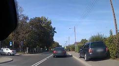 Niecierpliwy kierowca passata. Wyprzedzał, jadąc po chodniku
