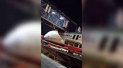 Samolot utknął pod wiaduktem. Niecodzienne nagranie z Delhi