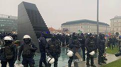 """Strajk Kobiet w Warszawie. Otoczony pomnik. """"Władza się boi"""""""