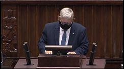 """Marek Suski przemawia z mównicy sejmowej. Posłowie krzyczą """"hańba"""""""