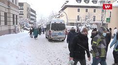 """Tłumy turystów na Krupówkach w Zakopanem. Gdzie śpią? """"U cioci, rodzina nas przygarnęła"""""""