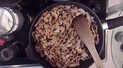 Roladki z indyka z pieczarkami, serem i suszonymi śliwkami