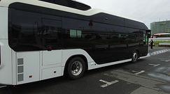 Wodorowy autobus Toyoty: Sora, podjeżdża sam na przystanek