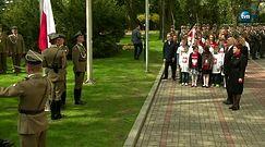 Uroczyste podniesienie flagi przed kancelarią premiera i na wieży zegarowej Zamku Królewskiego