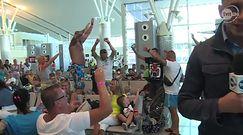 Półnadzy Polscy turyści  tańczą na lotnisku po zamachu w Tunezji
