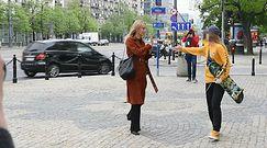 Agnieszka Woźniak-Starak przybija piątki z fanami na ulicy