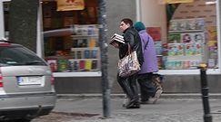 Wellman z górą książek zmierza do pracy