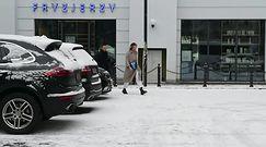 Nykiel z głębokim dekoltem brnie w śniegu
