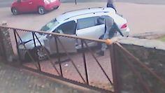 Kompletnie pijany rozbił auto o ogrodzenie i próbował uciec. Nagranie z monitoringu w Sopocie