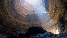 """Dotarli na dno """"Piekielnej studni"""". Badacze z Omanu pokazują  nowe nagrania z dziury w Jemenie"""