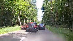 Niebezpieczne wyprzedzanie kilku aut naraz. Mercedes w Gdyni zepchnął innych na pobocze