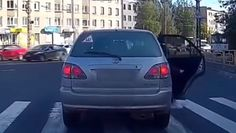 Kierowca stanął na pasach. Pieszy odegrał się, wsiadł i przeszedł przez jego auto