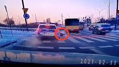 Łódź. Policjant potrącił pieszego i dostałpouczenie. Komendant wyjaśnia