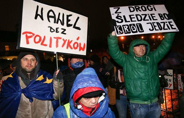 """""""Prywatna wizyta zwykłego posła"""". Internet wrze po protestach pod Wawelem"""