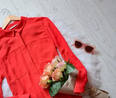 Długą koszulę można nosić na kilka sposobów