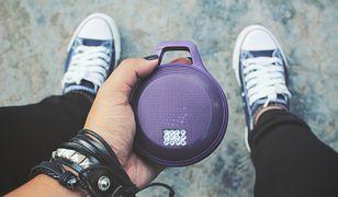 Głośnik przenośny pozwala słuchać piosenek nawet w dziczy