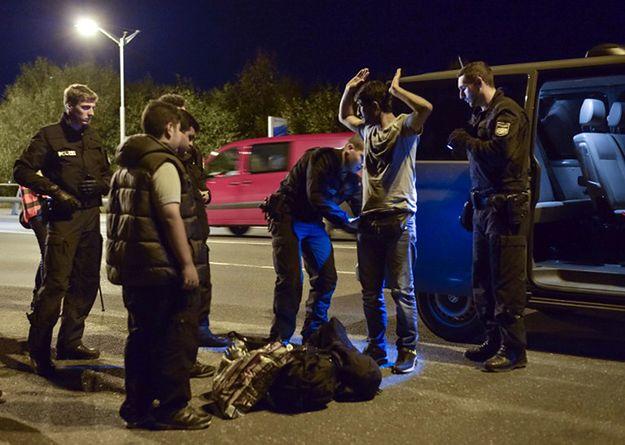 Niemiecka policja kontroluje imigrantów koło miasta Freilassing.