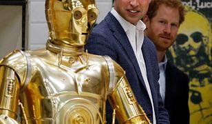 C3PO, książę William i Harry podczas wizyty na planie, 2016