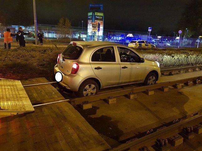 """Zaparkował auto na torach. Policja aresztowała """"najgorszego kierowcę świata"""""""