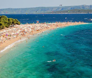 Plaża znajduje się w miejscowości Bol