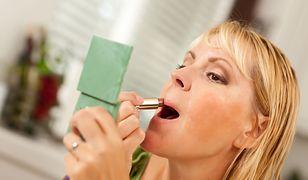 Wiele kobiet bez makijażu źle się czuje we własnej skórze.
