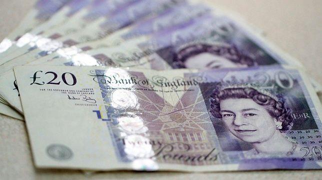 Sytuacja polityczno-gospodarcza na Wyspach negatywnie odbija się na kursie funta