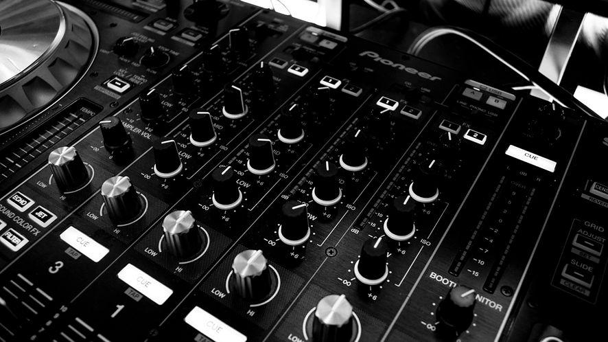 Jak automatycznie zatrzymać muzykę podczas odtwarzania z innego źródła?