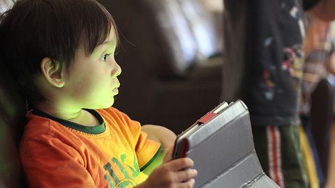 Możesz dać dziecku smartfon na dłużej. To nie ekran niszczy psychikę