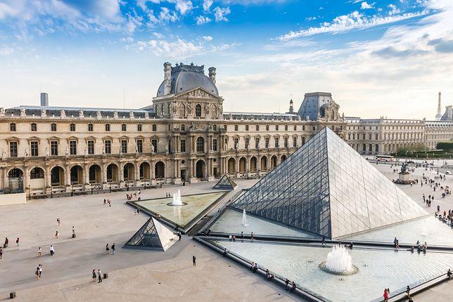 Kasy Muzeum w Luwrze znajdują się w szklanej piramidzie