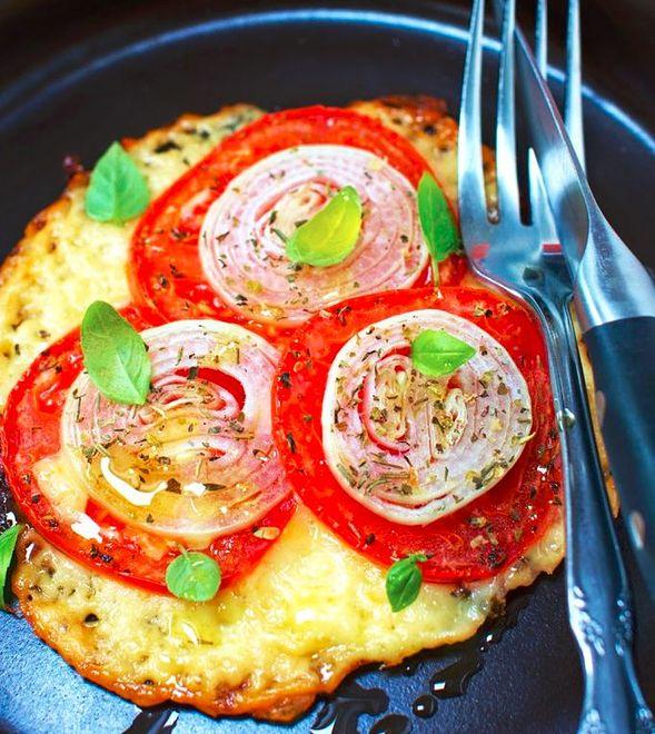 Pizza na spodzie z salami