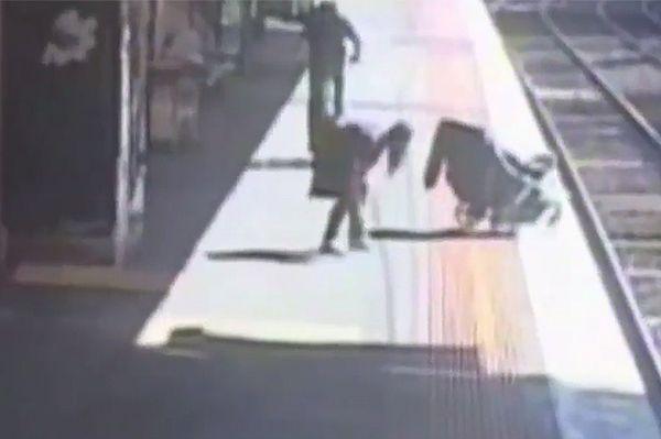 Incydent w Melbourne - wózek z dzieckiem stoczył się na tory. Według świadków, rodzice byli pijani